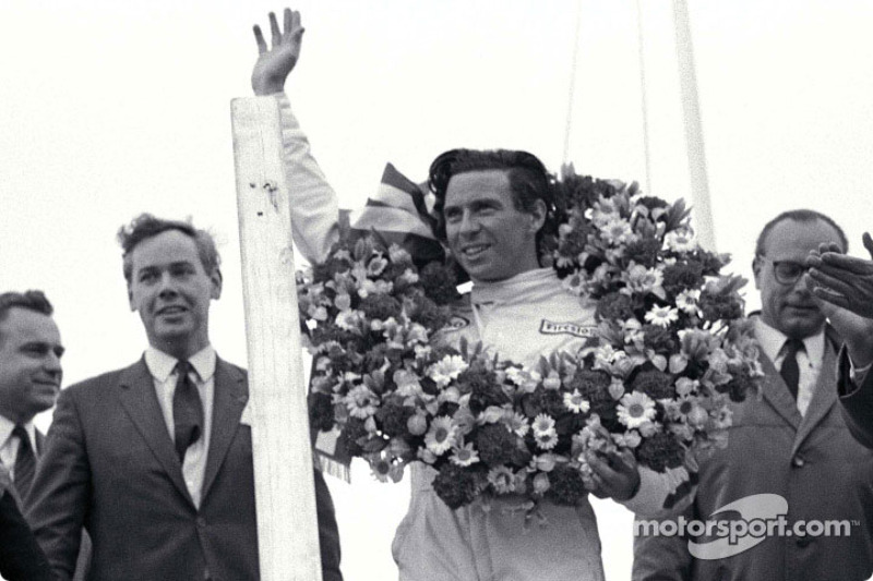 Podio: el ganador de la carrera Jim Clark con Keith Duckworth a su derecha