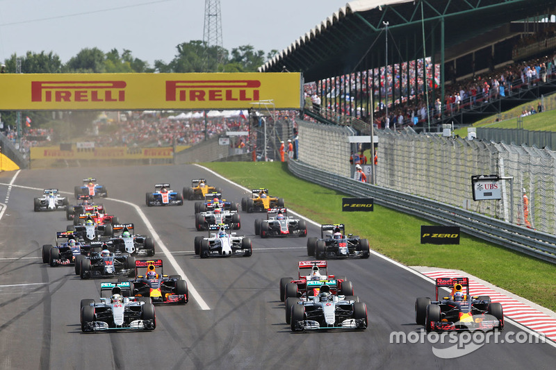 Lewis Hamilton, Mercedes AMG F1; Nico Rosberg, Mercedes AMG F1; and Daniel Ricciardo, Red Bull Racing battle for the lead at the start of the race