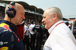 Adrian Newey, Red Bull Racing, Chefdeisgner; Alan Jones, FIA-Rennkommissar