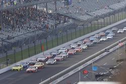 Restart: Kyle Busch, Joe Gibbs Racing, Toyota, führt