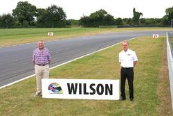 Vader Keith Wilson en Jonathan Palmer bij de Wilson Corner ter ere van Justin Wilson