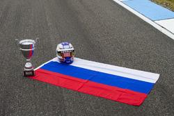 Die russische Flagge mit Pokal und Helm von Sergey Sirotkin, ART Grand Prix
