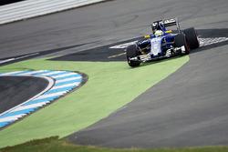 Marcus Ericsson, Sauber C35 runs wide