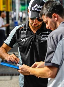 Серхіо Перес, Sahara Force India F1, роздає автографи фанатам