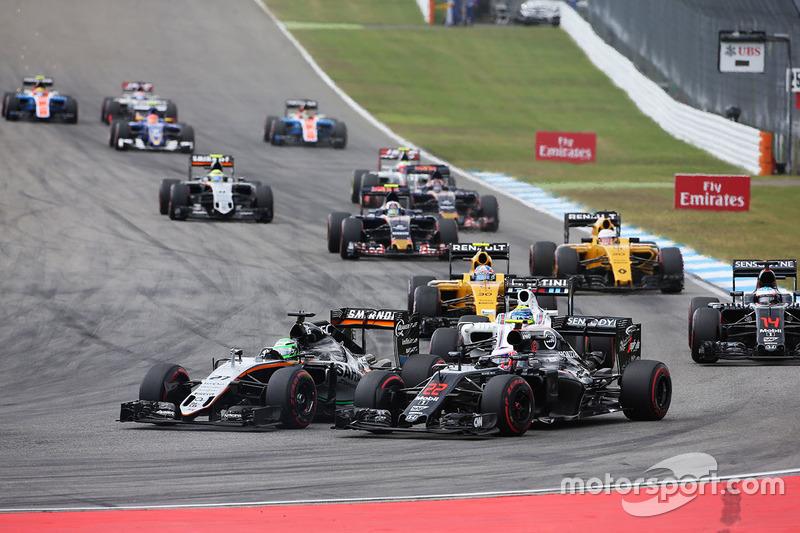 Nico Hulkenberg, Sahara Force India F1 VJM09 e Jenson Button, McLaren MP4-31 alla partenza della gara