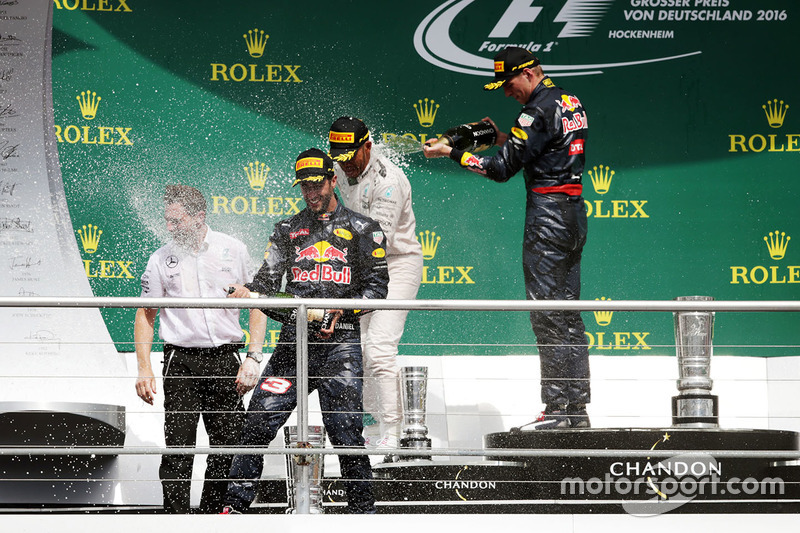 Podio: il vincitore Lewis Hamilton, Mercedes AMG F1, il secondo classificato Daniel Ricciardo, Red Bull Racing, il terzo classificato Max Verstappen, Red Bull Racing festeggiano con lo champagne