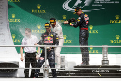 Podio: ganador de la carrera Lewis Hamilton, Mercedes AMG F1 segundo lugar Daniel Ricciardo, Red Bull Racing, tercer lugar Max Verstappen, Red Bull Racing loven con champagne