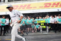 Победитель - Льюис Хэмилтон, Mercedes AMG F1 празднует с командой