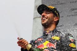 Podio: il secondo classificato Daniel Ricciardo, Red Bull Racing festeggia con lo champagne