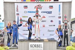 Podio: ganador de la carrera Santiago Urrutia, Schmidt Peterson Motorsports, Dean Stoneman, Andretti Autosport el segundo lugar y tercer lugar André Negrao, Schmidt Peterson Motorsports