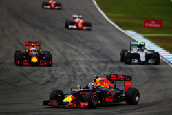 Daniel Ricciardo, Red Bull Racing RB12, Nico Rosberg, Mercedes AMG F1 W07 Hybrid; Max Verstappen, Red Bull Racing RB12