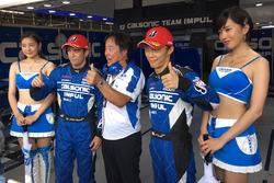 Обладатели поул-позиции, экипаж #12 Team Impul на Nissan GT-R Nismo GT3 в составе Хиронобу Ясуды и Жуана Де Оливейры вместе с директором команды Team Impul Кадзуёси Хосино