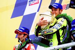Podium: Sieger Valentino Rossi, Honda Team; 2. Max Biaggi, Yamaha Team