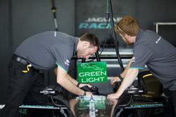 Meccanici Jaguar Racing al lavoro