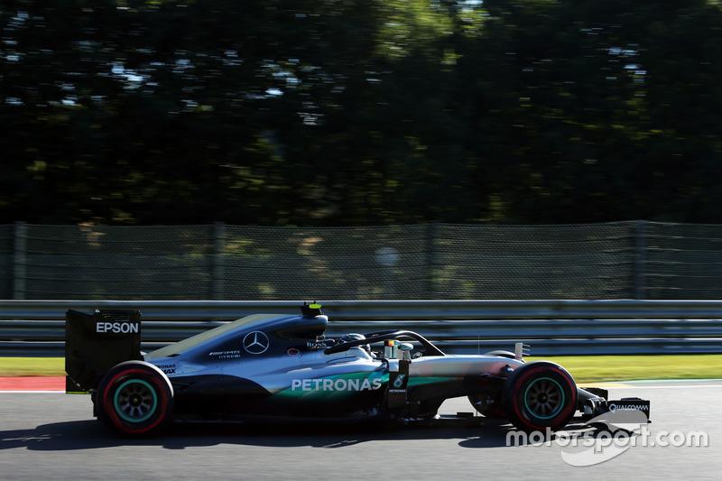 Nico Rosberg, Mercedes AMG F1 W07 Hybrid con la cubierta de la cabina Halo