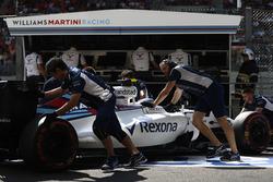 Les ingénieurs ramènent la voiture de Valtteri Bottas, Williams FW38 Mercedes au garage