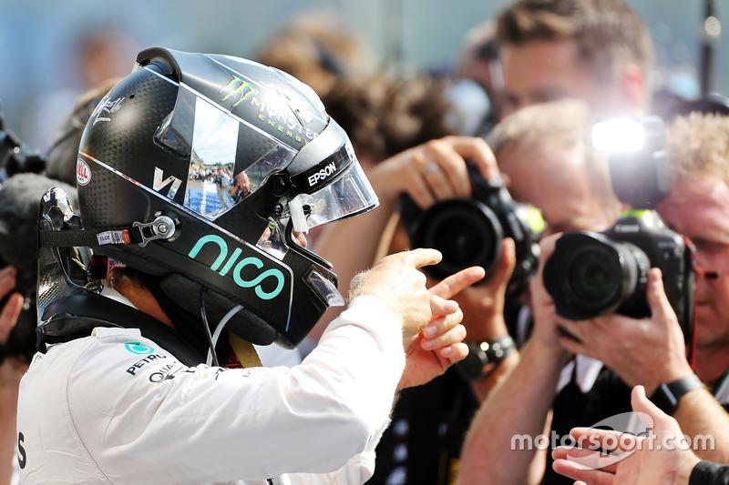 Il vincitore della gara Nico Rosberg, Mercedes AMG F1 festeggia nel parco chiuso