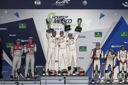 Podio LMP1: ganadores, Timo Bernhard, Mark Webber, Brendon Hartley, Porsche Team, segundo, Marcel Fässler, Andre Lotterer, Audi Sport Team Joest, tercero, Stéphane Sarrazin, Mike Conway, Kamui Kobayashi, Toyota Racing