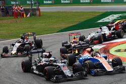 Fernando Alonso, McLaren MP4-31 and Pascal Wehrlein, Manor Racing MRT05 bij de start