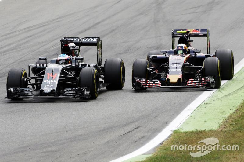 Fernando Alonso, McLaren MP4-31 y Carlos Sainz Jr., Scuderia Toro Rosso STR11 batalla por la posición