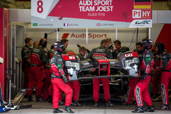 Pit crew working on the damaged #8 Audi Sport Team Joest Audi R18 e-tron quattro: Lucas di Grassi, Loic Duval, Oliver Jarvis