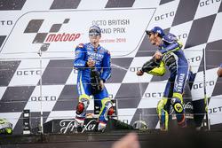Podium: ganador, Maverick Viñales, Team Suzuki MotoGP, tercero, Valentino Rossi, Yamaha Factory Racing