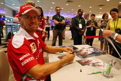 Sebastian Vettel, Ferrari firma autografi ai fans