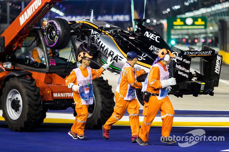 Comisarios retirando el Force India de Nico Hulkenberg