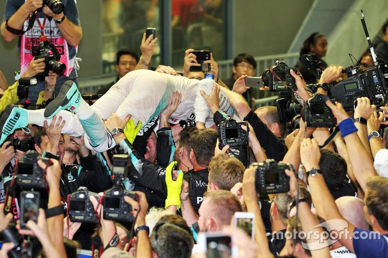 Il vincitore della gara Nico Rosberg, Mercedes AMG F1 festeggia con il team nel parco chiuso