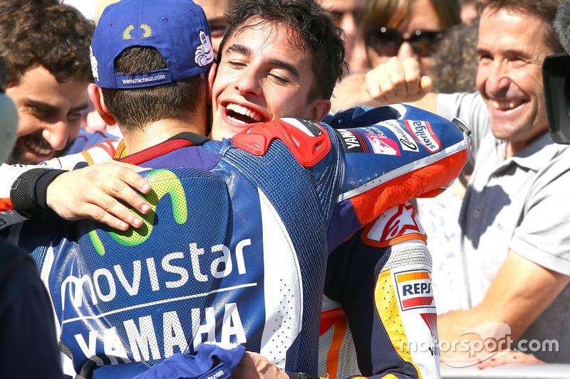 Il vincitore della gara Marc Marquez, Repsol Honda Team con il secondo classificato Jorge Lorenzo, Yamaha Factory Racing