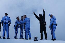 Les membres de Stewart-Haas Racing célèbrent la victoire