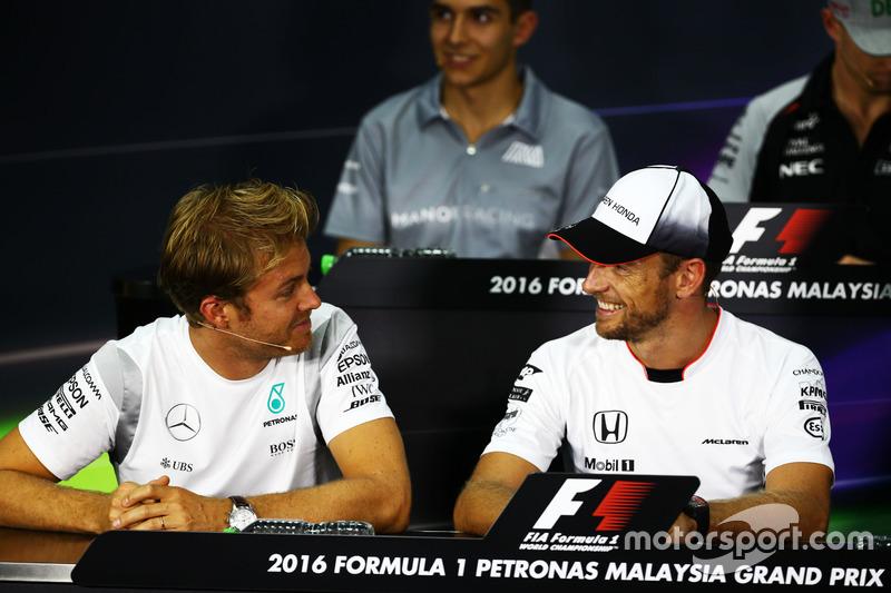 Nico Rosberg, de Mercedes AMG F1 con Jenson Button, McLaren en la Conferencia de prensa FIA