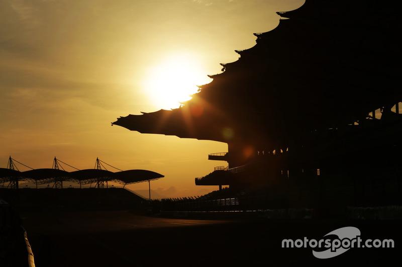El sol se levanta sobre el circuito