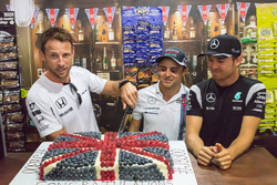 Jenson Button,Felipe Massa,Nico Rosberg celebran  los  300 GP de Button con un pastel