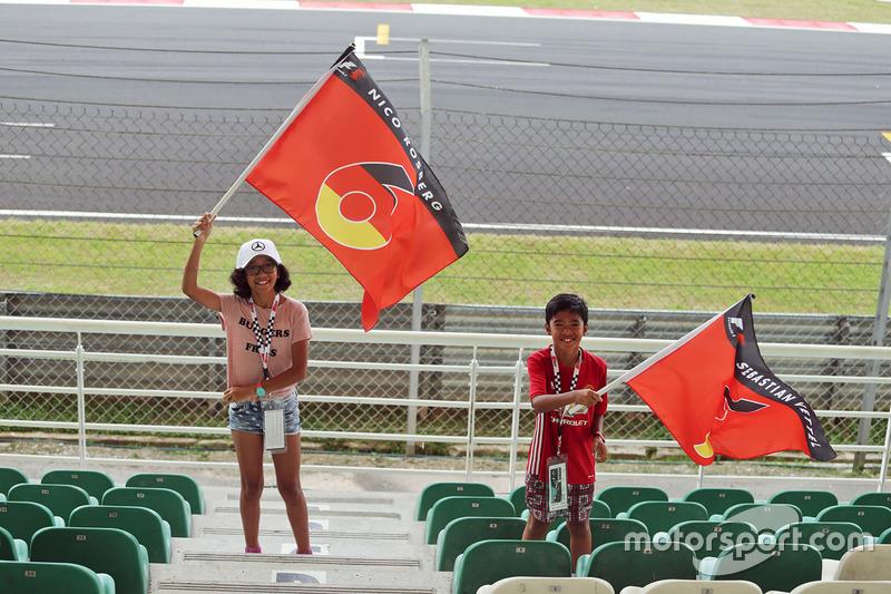Un joven fan de Nico Rosberg Mercedes AMG F1 y Sebastian Vettel,  Ferrari