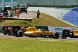 Kevin Magnussen, Renault Sport F1 Team RS16 with a broken front wing at the start of the race