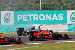 Lewis Hamilton, Mercedes AMG F1 W07 Hybrid valt uit met een opgeblazen motor en wordt gepasseerd door Daniel Ricciardo, Red Bull Racing RB12 en Max Verstappen, Red Bull Racing RB12