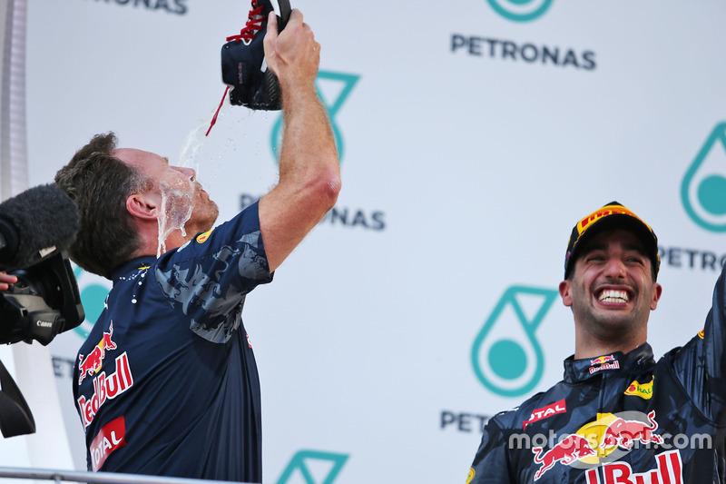 Christian Horner, director del equipo Red Bull Racing celebra en el podio bebiendo champagne de la bota del ganador de la carrera Daniel Ricciardo, Red Bull Racing