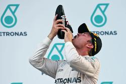Nico Rosberg, Mercedes AMG F1 festeggia il suo terzo posto sul podio bevendo champagne dalla scarpa da corsa del vincitore della gara Daniel Ricciardo, Red Bull Racing