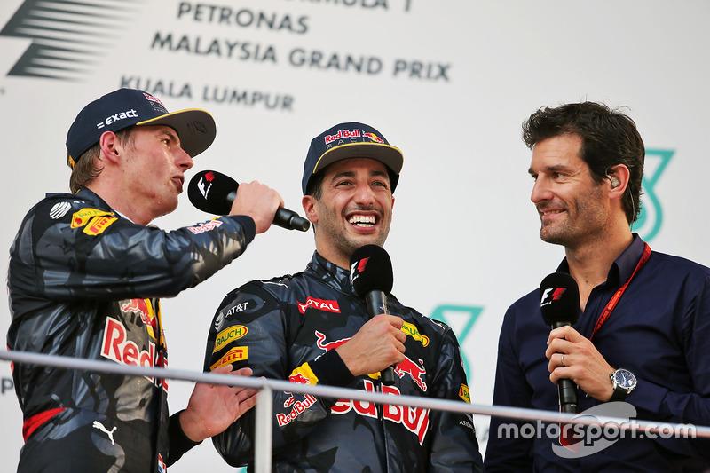 Max Verstappen, Red Bull Racing en el podio con Daniel Ricciardo, Red Bull Racing y Mark Webber, piloto del Porsche equipo WEC / canal presentador 4