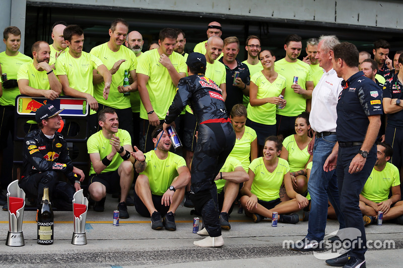 Ganador de la carrera Daniel Ricciardo, Red Bull Racing celebra con Max Verstappen, Red Bull Racing, el Dr. Helmut Marko, asesor de Red Bull Motorsport, Christian Horner, director del equipo Red Bull Racing y el equipo