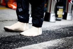 Гонщик Red Bull Racing Даниэль Риккардо без своих ботинок
