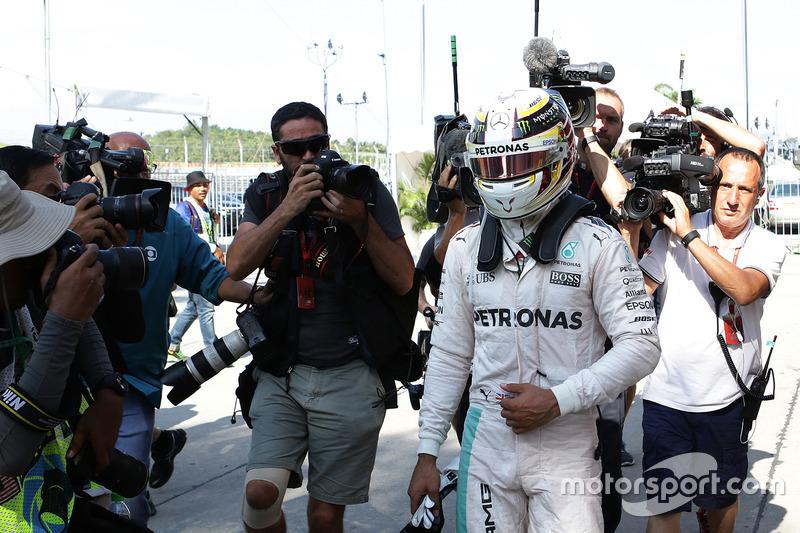 Lewis Hamilton, Mercedes AMG F1 vuelve a boxes después de que él se retiró de la carrera