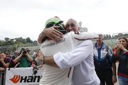 Kampioen Lance Stroll, Prema Powerteam Dallara F312 – Mercedes-Benz met vader Lawrence Stroll