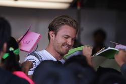 Nico Rosberg, Mercedes AMG F1 schreibt Autogramme für die Fans