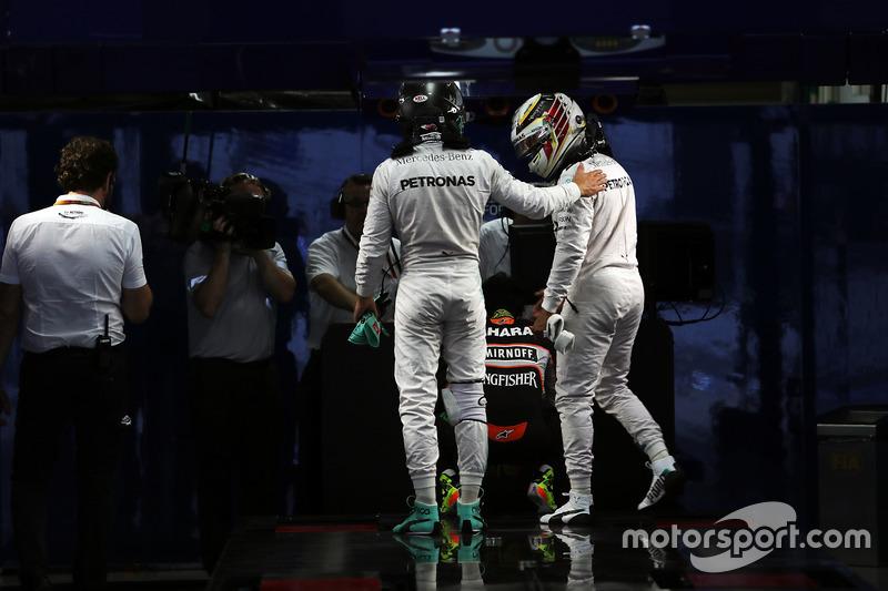 1. Nico Rosberg, Mercedes AMG F1 y Lewis Hamilton, Mercedes AMG F1 en parc ferme