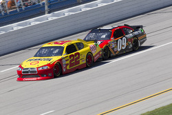 Kurt Busch, Penske Racing Dodge, Landon Cassill, Phoenix Racing Chevrolet