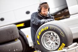 Механик команды Racing Engineering очищает резину