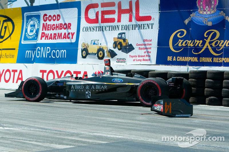 Dan Clarke perd son aileron arrière quand il heurte le mur de pneus au virage 1