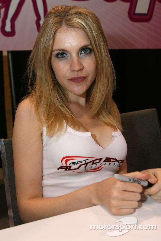 Grand Prix de l'Expo Auto de Toronto : une jolie mannequin